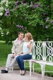 Histoire d'amour, jeune couple sur le banc Relations Romance Photographie stock