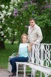 Histoire d'amour, jeune couple sur le banc Relations Romance Photo stock