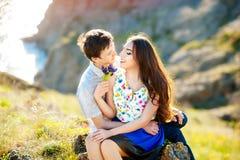 Histoire d'amour, portrait de jeunes couples Beaux jeunes couples affectueux étreignant en nature Le concept de la bonne humeur photo stock