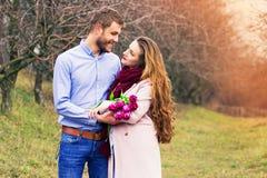 Histoire d'amour romantique de beaux jeunes couples Image stock