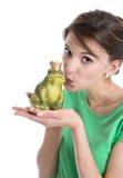 Histoire du roi de grenouille - jeune femme dans le concept d'amour Photographie stock libre de droits