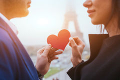 Histoires d'amour, couple sur la lune de miel à Paris Photo libre de droits