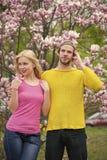 Histoires d'amour, relations Couples dans l'amour en fleur de floraison, ressort Photographie stock libre de droits