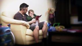 Histoires de lecture de père et de bébé garçon, laps de temps banque de vidéos