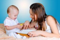 Histoires pour endormir de lecture de mère Photos stock