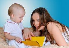 Histoires pour endormir de lecture de mère Photo libre de droits