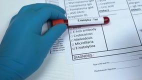 Histolytica di E, medico che controlla nome nello spazio in bianco del laboratorio, mostrante campione di sangue in tubo archivi video