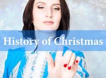 Historia av jul som är skriftlig på den faktiska skärmen begrepp av celebratory teknologi i internet och nätverkande Kvinna in Arkivfoto