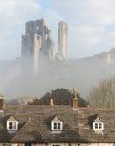 Historia av slotten fördärvar i mist med taket Royaltyfria Bilder