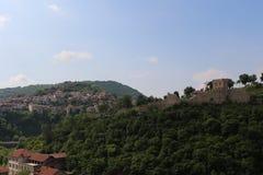 Historia, belleza y naturaleza - varios elementos en uno de la ciudad de Veliko Tarnovo Foto de archivo