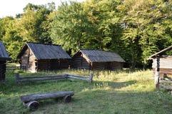 historia Casas ucranianas eslavas antiguas en poco pueblo del verano imagen de archivo libre de regalías
