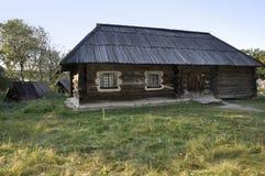historia Casas ucranianas eslavas antiguas en poco pueblo del verano imagenes de archivo