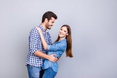 Historia de amor Confianza y sensaciones, emociones y alegría Jóvenes felices co fotografía de archivo