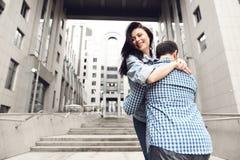 Historia de amor El individuo en camisa de tela escocesa abraza a la muchacha imagen de archivo