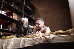 Historia de amor en cama Foto de archivo