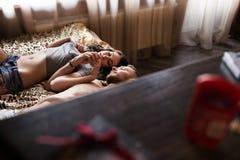 Historia de amor en cama Fotografía de archivo libre de regalías