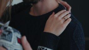 Historia de amor Hombre y mujer la mano de la mujer está abrazando el hombro y los movimientos del hombre de hacer frente almacen de metraje de vídeo