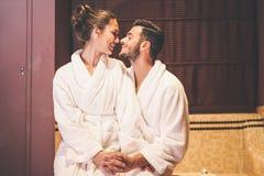 Historia de amor de los pares que tiene un momento de la pasión en su luna de miel de las vacaciones - abrace besarse romántico d fotografía de archivo