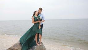 Historia de amor, par en la playa Ascendente cercano del pie almacen de metraje de vídeo
