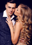 Historia de amor pares atractivos hermosos mujer rubia magnífica y hombre hermoso Imagenes de archivo