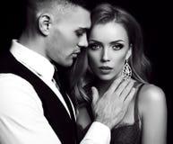 Historia de amor pares atractivos hermosos mujer rubia magnífica y hombre hermoso Fotografía de archivo