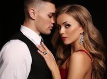 Historia de amor pares atractivos hermosos mujer rubia magnífica y hombre hermoso Imágenes de archivo libres de regalías