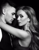 Historia de amor pares atractivos hermosos mujer rubia magnífica y hombre hermoso Foto de archivo