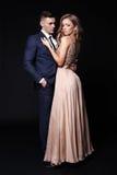 Historia de amor pares atractivos hermosos mujer rubia magnífica y hombre hermoso Imagen de archivo