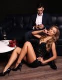 Historia de amor pares atractivos hermosos mujer rubia magnífica y hombre hermoso Foto de archivo libre de regalías