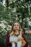 Historia de amor stroll familia y perro queridos mamá y papá futuros fotos de archivo libres de regalías