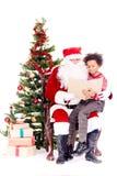 Historia de la Navidad de la lectura de Papá Noel para el niño imagen de archivo