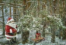 Historia de la Navidad: Santa Claus con los regalos cerca del árbol de navidad representación de 3 d Fotografía de archivo