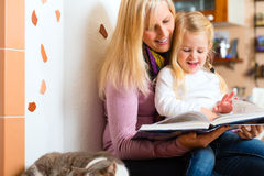 Historia de la noche de la lectura de la madre a embromar en casa Fotografía de archivo libre de regalías