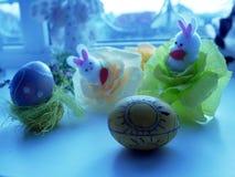 Historia de Pascua de las pequeñas liebres de Pascua y de los huevos pintados Fotografía de archivo