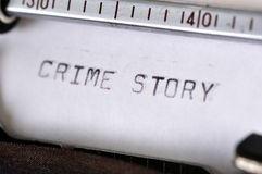 Historia del crimen pulsada con la máquina de escribir vieja Imagen de archivo libre de regalías