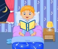 Historia del tiempo de la cama de la lectura del muchacho de la historieta Imágenes de archivo libres de regalías