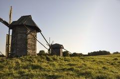 historia Forntida väderkvarn som i gammal saga i den gröna ängen Royaltyfri Fotografi