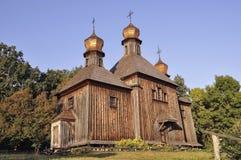 historia Forntida wood kristendomenkyrka i sommarängen Arkivbild