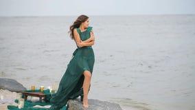 Historia miłosna, dziewczyna na plaży zdjęcie wideo