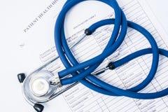 Historia och stetoskop för pappers- form tålmodig på den Begrepp av registreringen av patienter i kliniken eller sjukhuset, annal arkivfoton