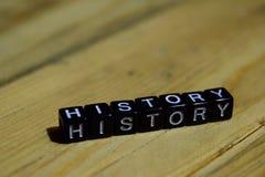Historia som är skriftlig på träkvarter Inspiration- och motivationbegrepp royaltyfri fotografi