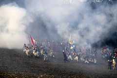 Historia wachluje w militarnych kostiumach maszeruje na polu bitwy Obrazy Royalty Free