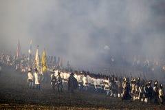 Historia wachluje w militarnych kostiumach maszeruje na polu bitwy Zdjęcia Stock