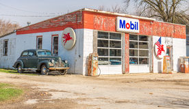 Historic Route 66 Mobil Gas Station. With a 1940 Chevrolet parked next to it, Odell, Illinois stock photos