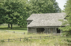 Historical Old Barn landmark in Missouri Town. Missouri Town 1855 is a 30-acre outdoor history museum located in Fleming Park east of Lake Jacomo in Jackson stock images