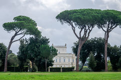 Historicamente, um castelo arquitetónico importante do marco da construção com ladshaftnym do jardim e das flores e dos arbustos  Imagens de Stock