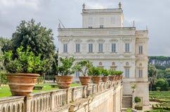 Historicamente, um castelo arquitetónico importante do marco da construção com ladshaftnym do jardim e das flores e dos arbustos  Fotos de Stock Royalty Free