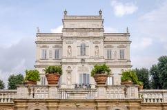 Historicamente, um castelo arquitetónico importante do marco da construção com ladshaftnym do jardim e das flores e dos arbustos  Fotos de Stock