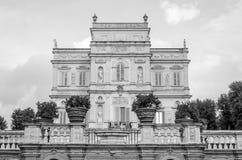 Historicamente, um castelo arquitetónico importante do marco da construção com ladshaftnym do jardim e das flores e dos arbustos  Imagens de Stock Royalty Free