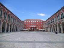 Historicamente um palácio vermelho agradável na separação imagens de stock royalty free
